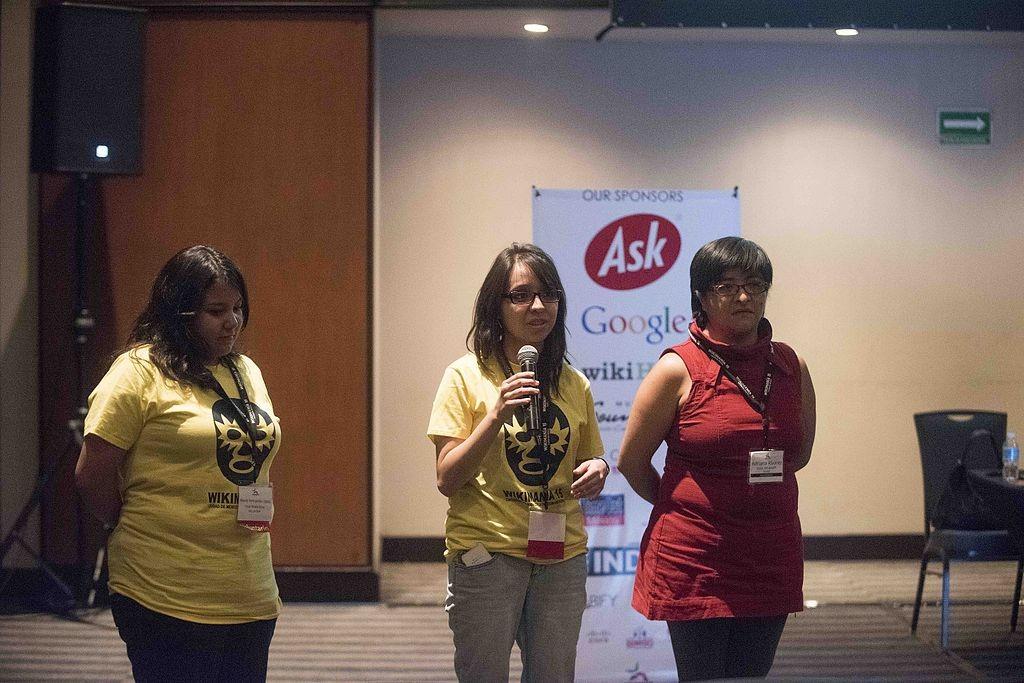 Adriana Álvarez y sus estudiantes durante su presentación en Wikimanía